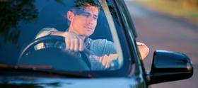 Mand tager køretimer i forbindelse med generhvervelse af kørekort